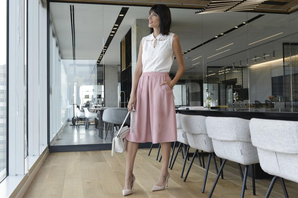 eight30 - golf and co. - גולף - white shirt - pink skirt - office wear